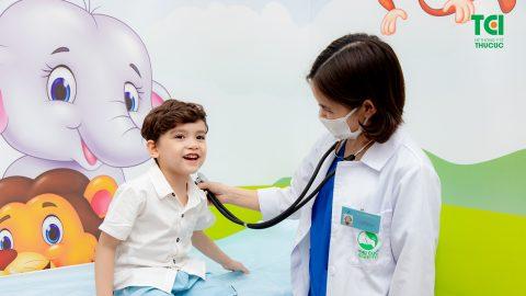 Nên làm gì khi trẻ bị viêm họng sốt cao?