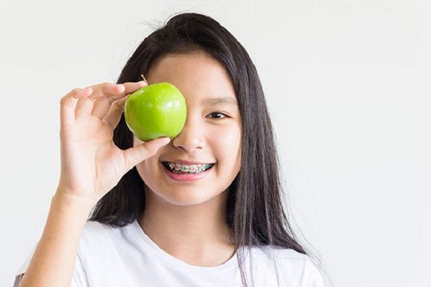 Thói quen ăn nhai không đúng là một trong những yếu tố đầu tiên dẫn đến tình trạng má bị hóp trong quá trình chỉnh nha.
