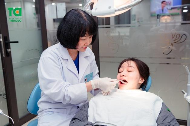 Niềng răng hàm dưới không mắc cài là phương pháp được nhiều người lựa chọn