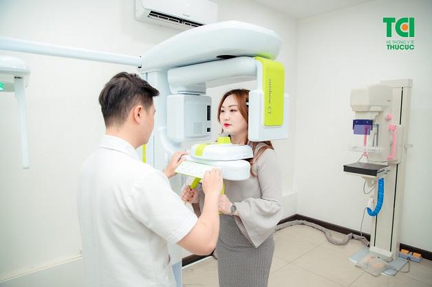 Trước khi phẫu thuật nang răng, bác sĩ sẽ chụp Xquang răng để xác định các răng bị ảnh hưởng đồng thời đánh giá tình trạng răng