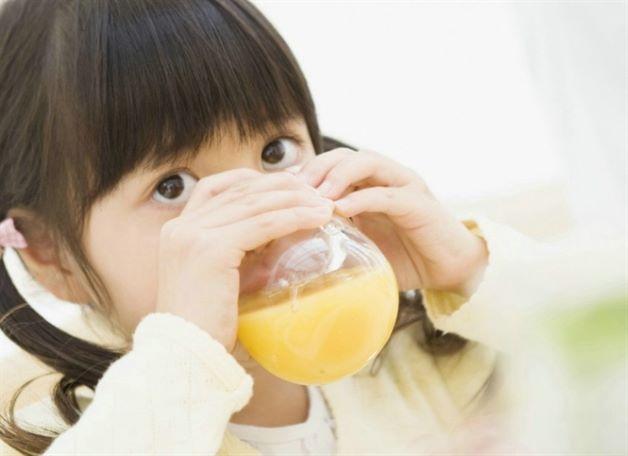 Sau khi kết thúc cơn co giật, cha mẹ hãy nhanh chóng bổ sung nước bằng cách cho trẻ uống oresol, nước ép rau quả hoặc canh rau để bù đắp vitamin, chất điện giải, đồng thời tăng sức đề kháng cho trẻ.