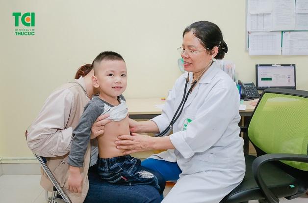 Khi thấy con có dấu hiệu bất thường cần đưa khám bác sĩ chuyên khoa để được hướng dẫn cách điều trị bệnh tốt nhất.