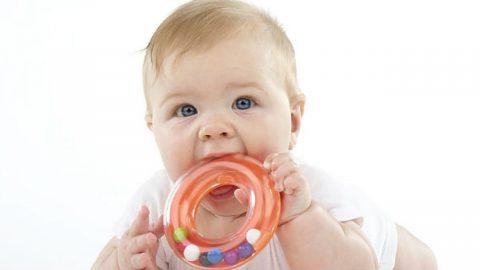 Tình trạng trẻ sốt đi tướt mọc răng, cha mẹ có nên lo lắng?