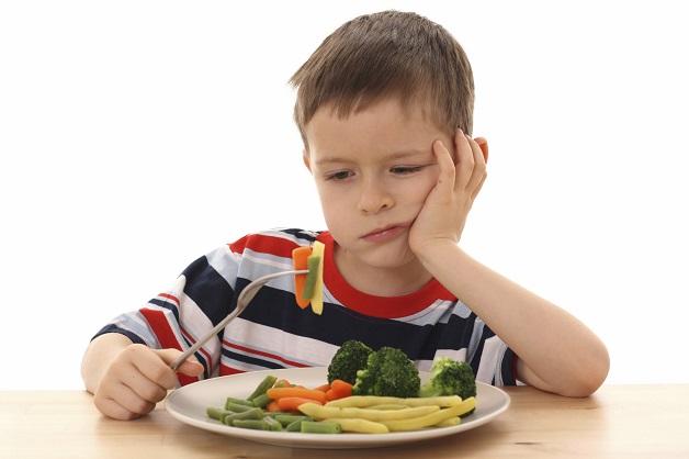 Bé không chịu ăn rau nguyên nhân chính khiến trẻ bị táo bón kéo dài