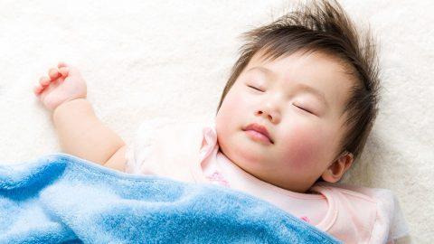 Trẻ bị sốt có nên nằm điều hòa không?