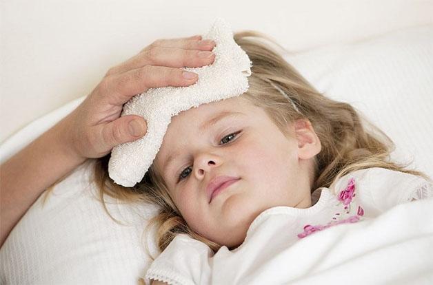 Sau khi tiêm phòng trẻ bị sốt nên chườm khăn ấm giúp trẻ hạ nhanh cơn sốt.
