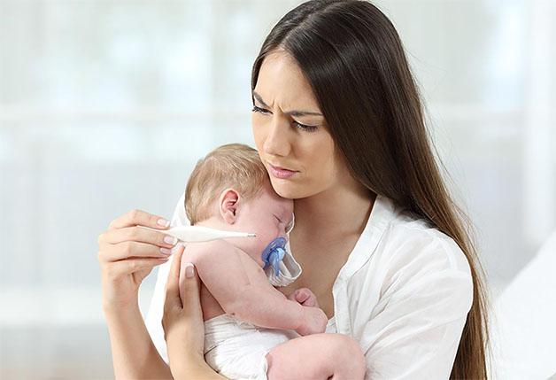 Sốt là một trong các dấu hiệu thường gặp của trẻ sau khi tiêm phòng.