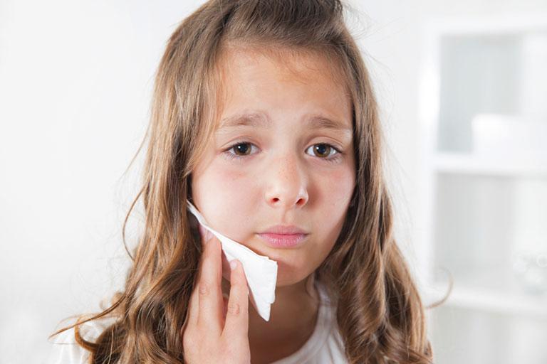 Đau nhức và ê buốt, đặc biệt về đêm là đặc điểm dễ nhận biết khi trẻ bị thối tủy răng