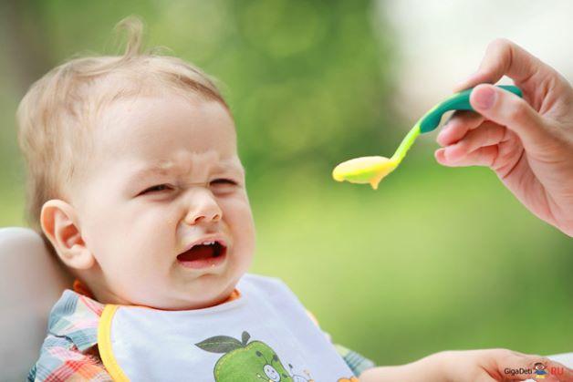 Quá trình chuyển từ ăn sữa sang ăn dặm đòi hỏi bé yêu phải có sự làm quen và thích nghi.