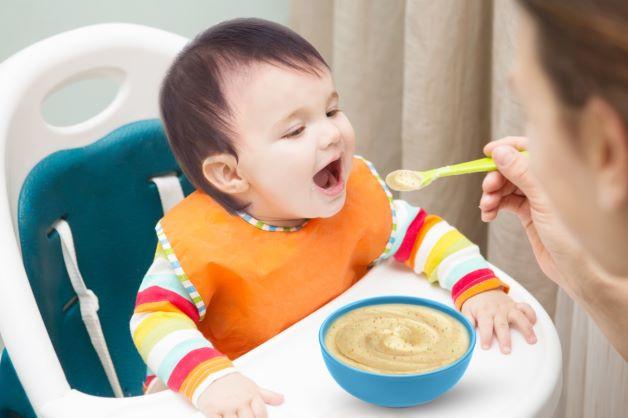 Ăn các loại thức ăn từ loãng đến đặc sẽ giúp hệ tiêu hóa của bé dần được thích nghi với các loại thức ăn.