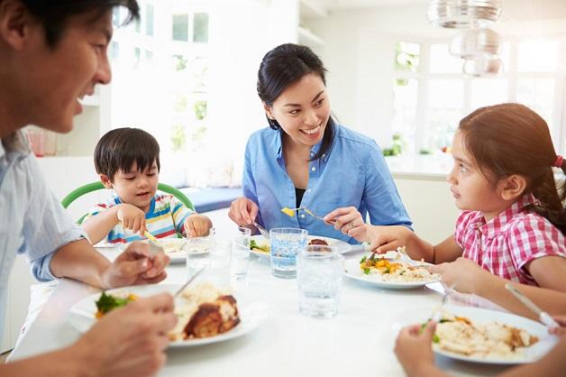 Cho trẻ ngồi ăn cùng gia đình sẽ khiến trẻ vui vẻ và ăn ngon miệng hơn