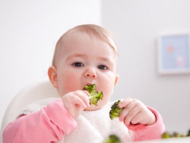 Thay vì việc đề bé gặm đồ chơi khi ngứa lợi, mẹ nên đưa cho bé các loại hoa quả đã chế biến để kích thích lợi, giúp răng mọc dễ dàng hơn.