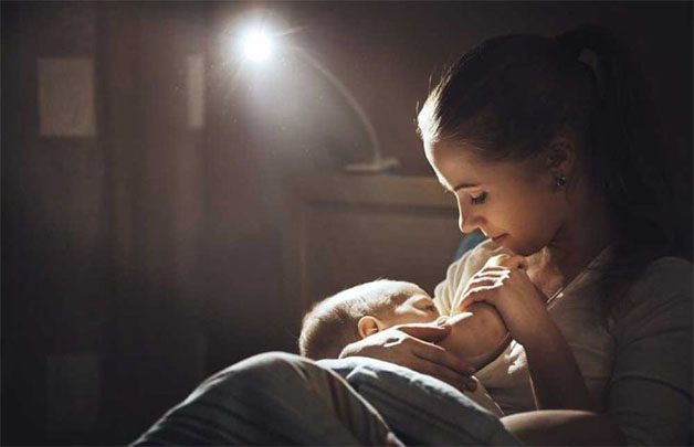 Bạn nên cho trẻ bú trong căn phòng yên tĩnh, có ánh sáng nhẹ.