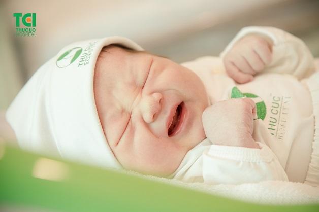 Giai đoạn REM (Rapid Eye Movement) ở trẻ sơ sinh chiếm 50% nên trẻ hay có hiện tượng quấy khóc, không chịu ngủ vào ban đêm.