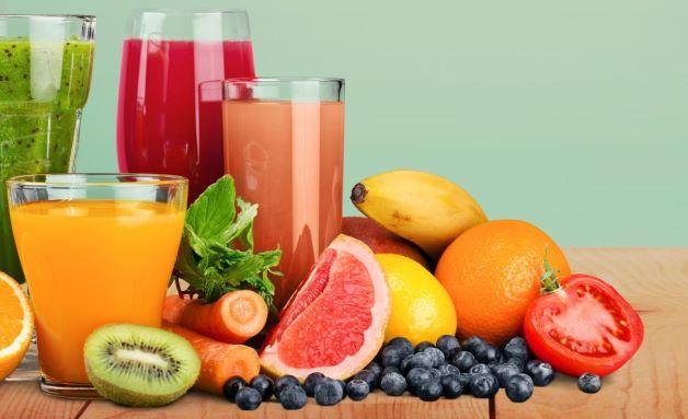 Uống nhiều nước và ăn nhiều loại rau củ khi không biết trẻ sơ sinh bị tiêu chảy mẹ nên ăn gì.