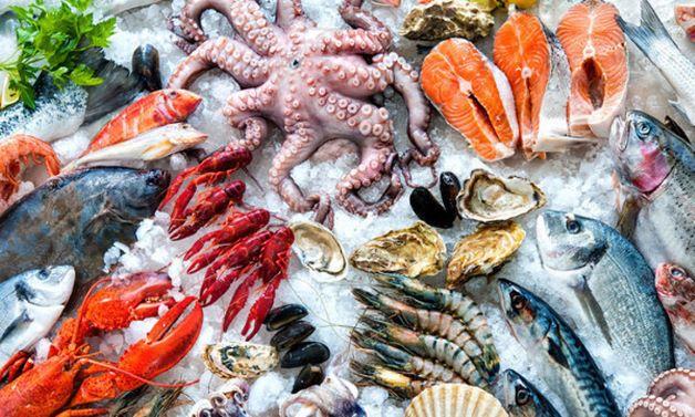 Khi trẻ bị tiêu chảy, mẹ nên hạn chế những thực phẩm như hải sản để tránh tình hình trở nên nghiêm trọng.