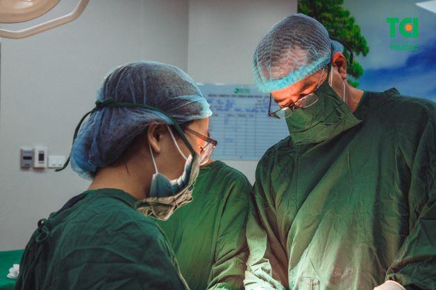 Tùy vào kích thước và tình trạng sức khỏe mà cắt nhân xơ tử cung được thực hiện bằng phương pháp mổ nội soi và mổ mở.