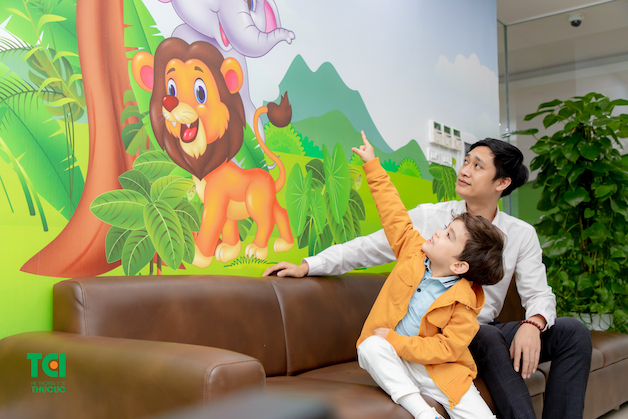 Không gian được trang trí ngộ nghĩnh, đáng yêu và khu vui chơi rộng lớn dành riêng cho các bé, giúp xoa dịu căng thẳng và nỗi sợ phòng khám của các bé.