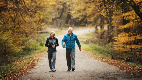 Viêm xương khớp có nên đi bộ hay không?