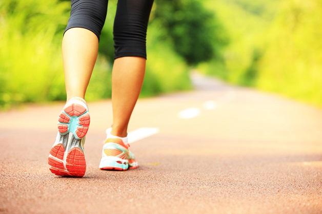 Viêm xương khớp có nên đi bộ hay không - Đi giày thể thao