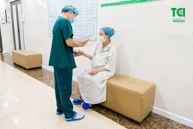 Khi vỡ nước ối, mẹ nên chú ý cẩn thận và tới bệnh viện ngay