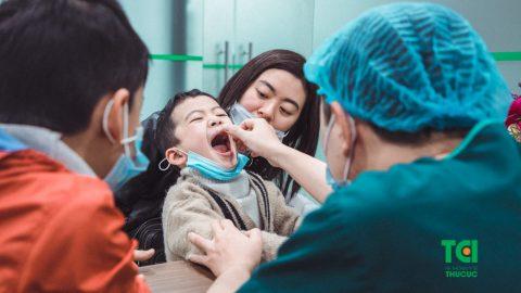 Thủ thuật cắt thắng lưỡi cho bé