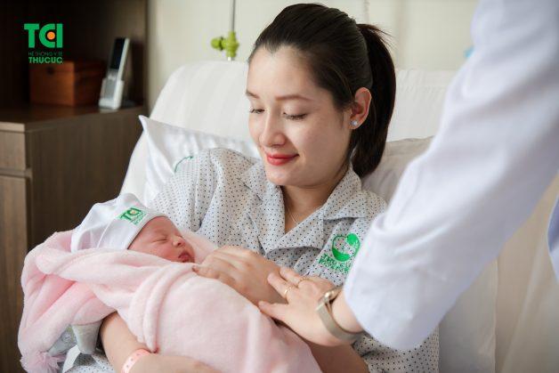 Trẻ cần được bú sớm trong vòng khoảng 1h đầu sau khi sinh, bú hoàn toàn bằng sữa mẹ trong 6 tháng đầu và bú mẹ đến khoảng 24 tháng tuổi hoặc nhiều hơn
