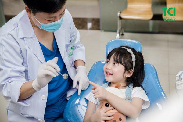Đầu tiên, bác sĩ sẽ tiến hành thăm khám răng miệng tổng quát cho trẻ
