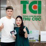 Cầu thủ Lục Xuân Hưng đưa vợ đi khám thai