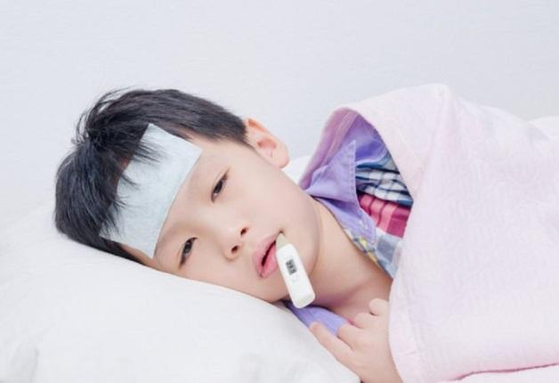 bé sốt viêm họng 5 ngày