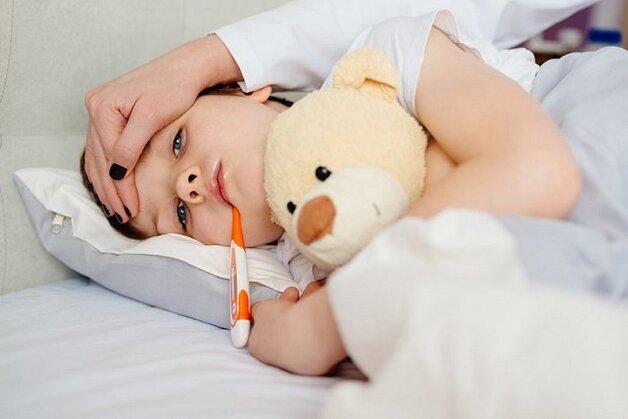 chữa sốt viêm họng cho trẻ