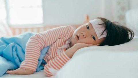 Bé viêm họng sốt 5 ngày có nguy hiểm và cách điều trị
