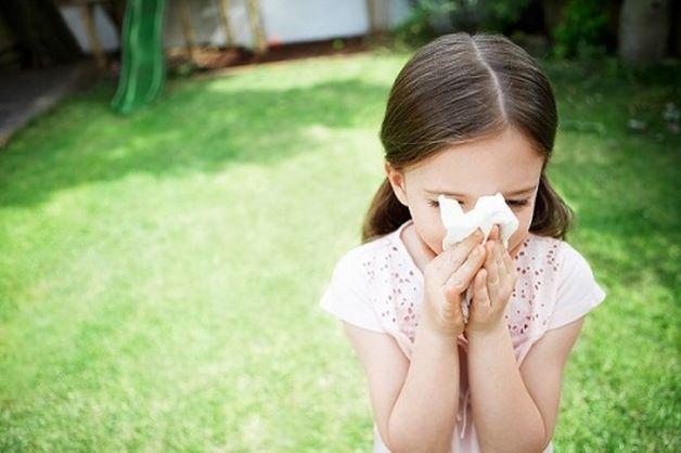 Vì là bệnh truyền nhiễm và nguyên nhân gây bệnh là virus nên bệnh tay chân miệng thường lây khi có người tiếp xúc với người bệnh qua dịch tiết hô hấp ở mũi, họng, nước bọt… của người bệnh.
