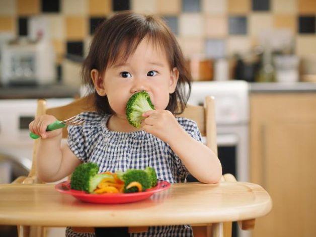 Bổ sung nhiều rau xanh, trái cây để tăng cường vitamin, giúp cơ thể có khả năng chống lại virus các loại là một trong những biện pháp giúp bé mau khỏi bệnh.