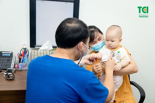 Bố mẹ nên cho con đi khám khi thấy trẻ quấy khóc một cách bất thường