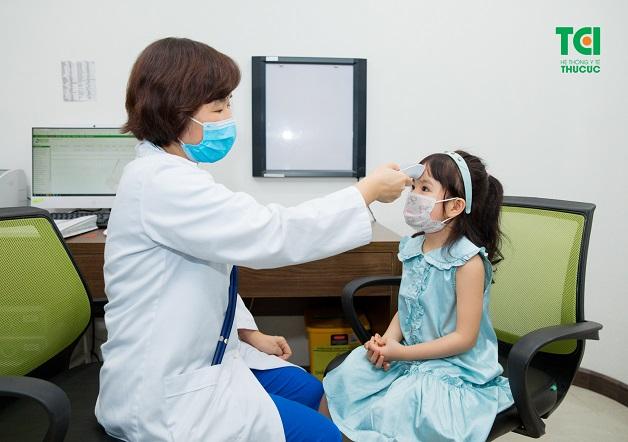 Bố mẹ nên cho trẻ đi khám để được bác sĩ tư vấn sốt siêu vi kiêng gì