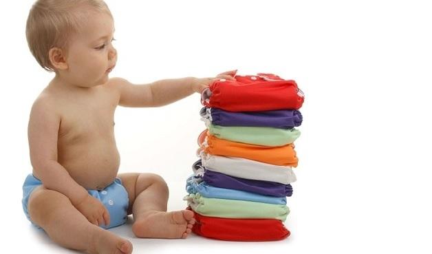 Khi trẻ bị sốt, bố mẹ nên cho con dùng tã vải mỏng