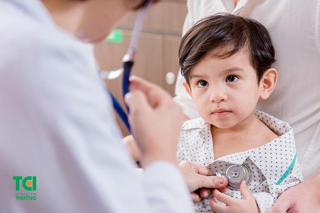 Bố mẹ nên đưa trẻ tới bệnh viện thăm khám để được bác sĩ tư vấn cách điều trị viêm phế quản phổi
