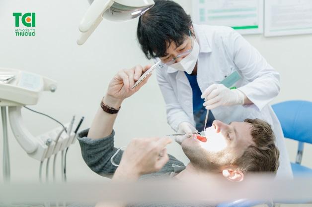 Khi mọc răng khôn, các bạn nên tới bệnh viện để được bác sĩ thăm khám và tư vấn cách điềuu trị tốt nhất