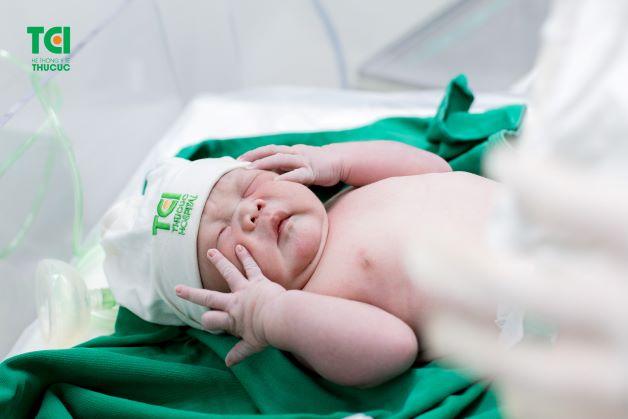 Bé trai con chị Vui chào đời khỏe mạnh, bình an, phản xạ tốt nặng 4,2kg (bao gồm cả khăn quấn)