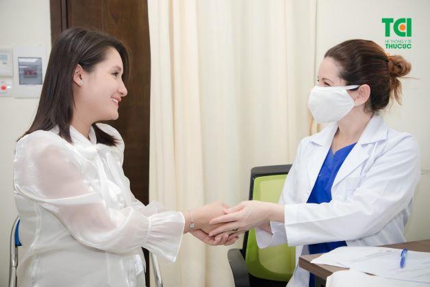 """""""Nhờ có bác sĩ Lisa, mình cảm thấy việc mang thai rất nhẹ nhàng, không có chút áp lực nào"""" - Khánh Linh chia sẻ"""