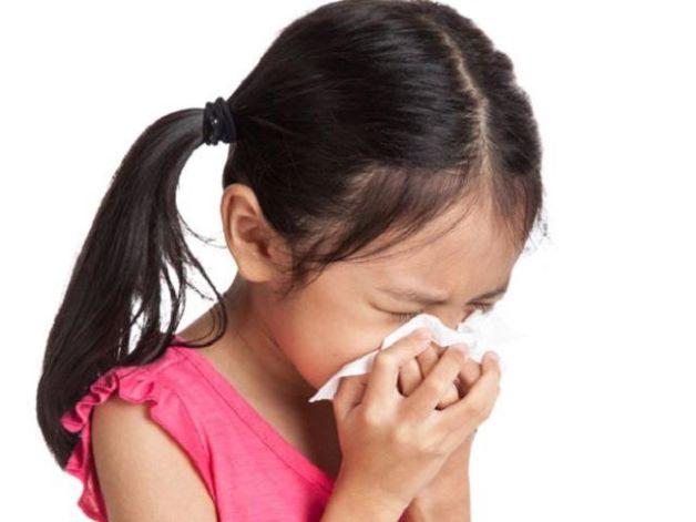 Trẻ thường mắc bệnh khi đứng gần, trò chuyện, giao tiếp với người bệnh. Khi đó, trẻ sẽ hít phải các giọt bắn từ dịch hô hấp của người bệnh khi ho, hắt hơi, xì mũi, khạc nhổ, như là nước bọt, nước mũi…