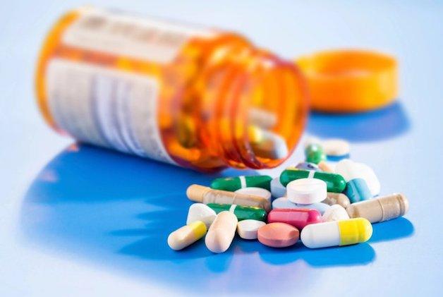 Việc sử dụng các loại thuốc như thuốc an thần, thuốc chống trầm cảm, các loại thuốc kháng sinh, một số thuốc hạ áp… đều có thể là nguyên nhân gây khô miệng.