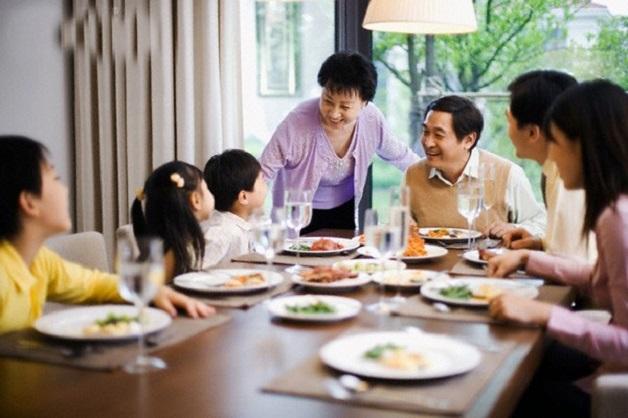 Nên làm gì khi trẻ biếng ăn do tâm lý? Hãy tạo không khí vui vẻ trong bữa ăn gồm nhiều thành viên