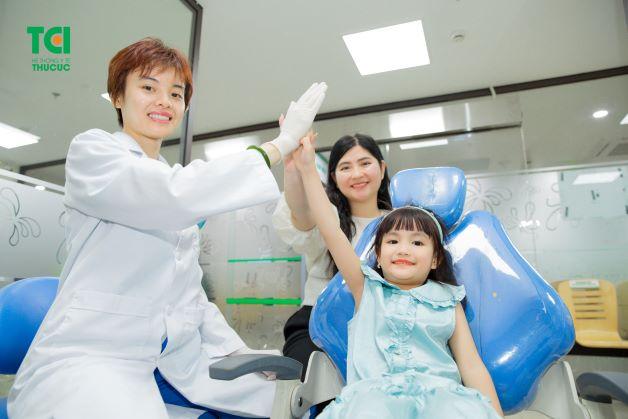 Duy trì khám răng 6 tháng/ lần là một trong những cách đơn đơn giản và bảo vệ giúp bảo vệ sức khỏe răng miệng cho bé.