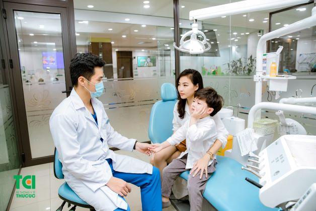 Nếu răng hàm của bé bị đau nhức, lan lên thái dương, cho dù uống thuốc cũng không hiệu quả, mẹ nên cho bé đi kiểm tra và tiến hành lấy tủy răng.