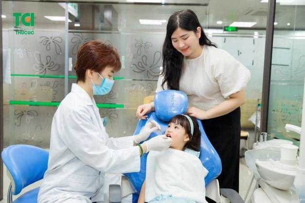 Thông thường, các nha sĩ hay chỉ định lấy tủy răng hàm cho bé khi phát hiện ra tủy răng hàm đã bị viêm, bị tổn thương hoặc đã chết.