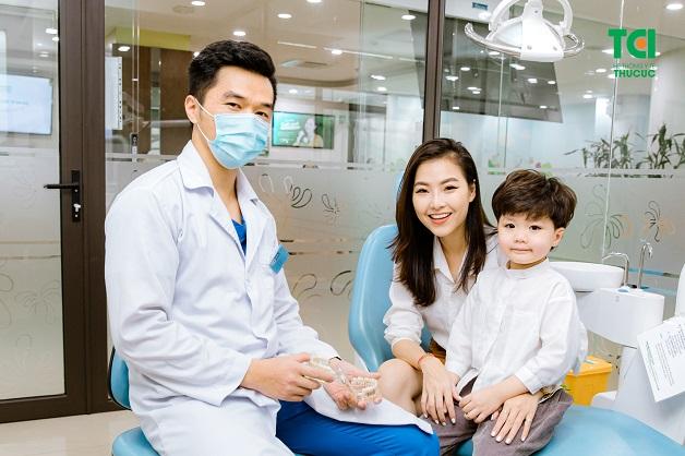 Phụ huynh đang có ý định nẹp răng cho trẻ em, nên đến các trung tâm nha khoa uy tín để được tư vấn chi tiết và chính xác nhất.