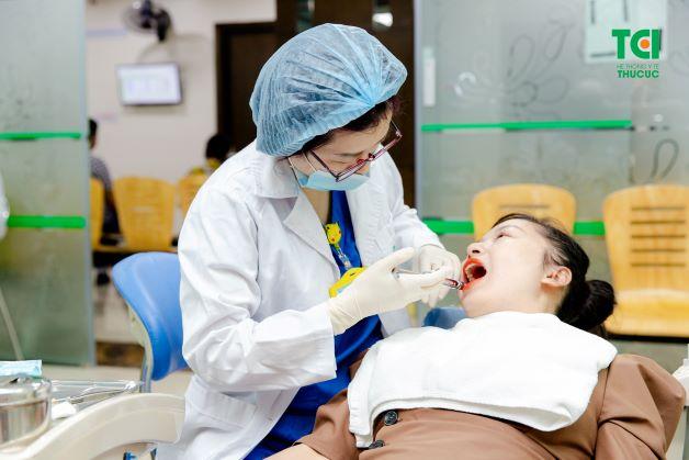 Nhổ răng khôn mọc ngang bằng máy siêu âm Piezotome giúp giải quyết hầu hết những nhược điểm của phương pháp nhổ răng truyền thống.