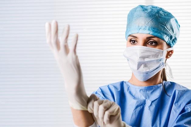 Bác sĩ cần mặc trang phục vô khuẩn để thực hiện quy trình tiêm nội khớp